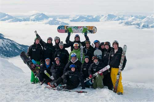 Group of skiiers and snowboarders (image: International Academy)