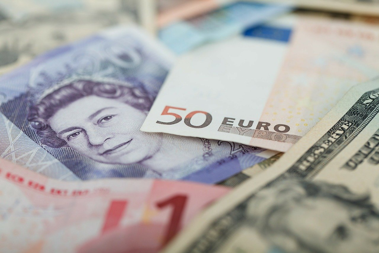 Currencies in cash - sterling, US dollars and euros